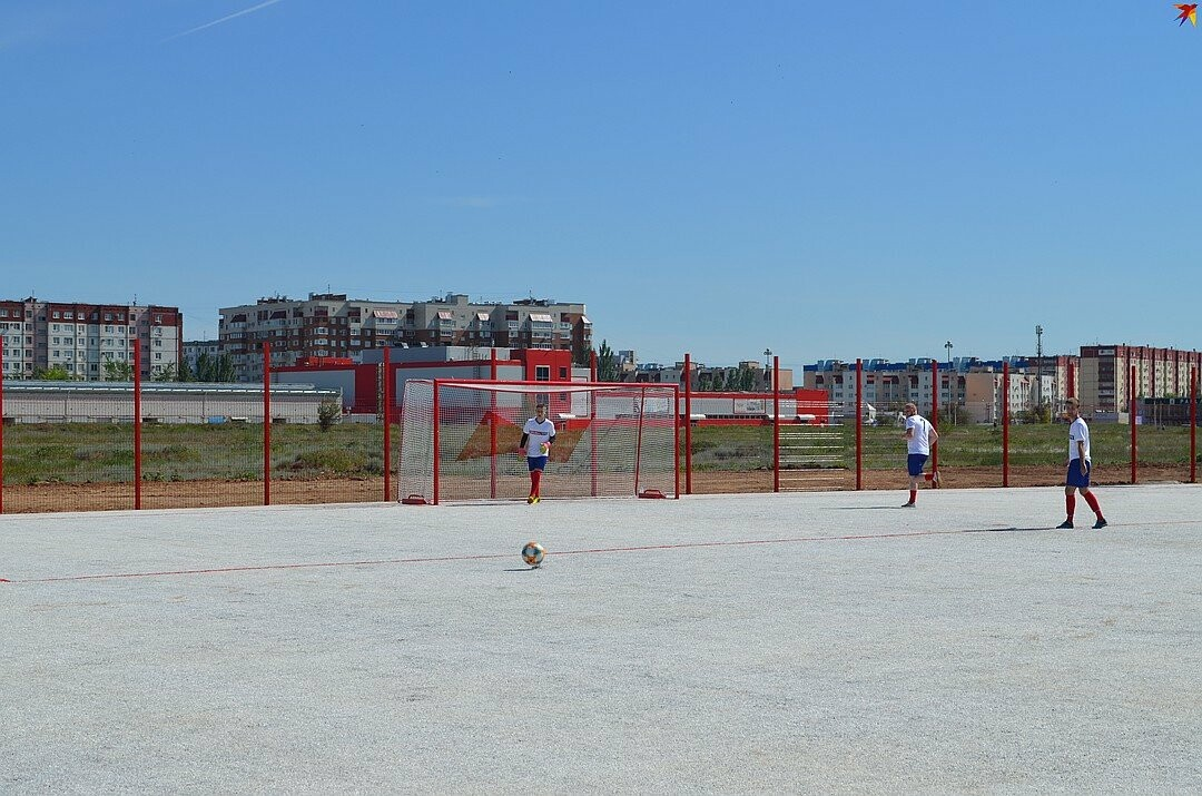 Уникальное футбольное поле из пластиковых стаканчиков открыли в Волжском, фото-1