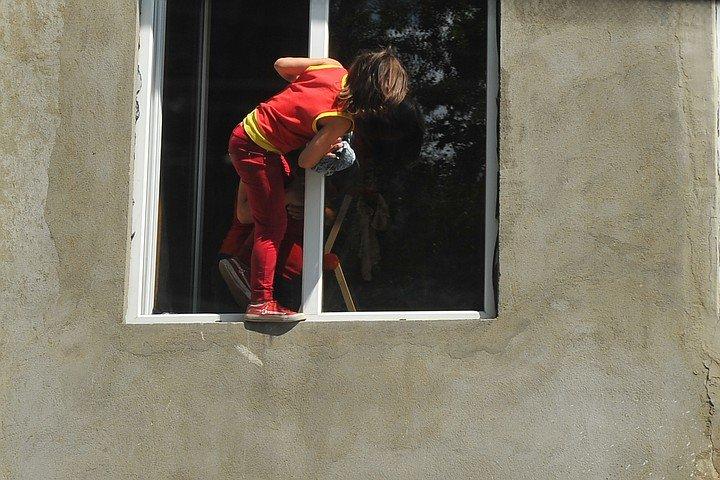 В Волгограде четырехлетний ребенок выпал из окна, фото-1